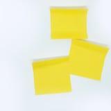 Nota amarilla del palillo aislada en el fondo blanco Imagen de archivo libre de regalías
