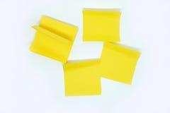 Nota amarilla del palillo aislada en el fondo blanco Foto de archivo libre de regalías