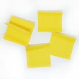 Nota amarilla del palillo aislada en el fondo blanco Imagenes de archivo