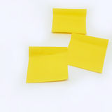 Nota amarilla del palillo aislada en el fondo blanco Fotos de archivo