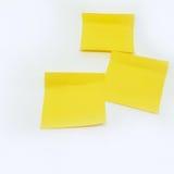 Nota amarilla del palillo aislada en el fondo blanco Imagen de archivo