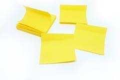 Nota amarilla del palillo aislada en el fondo blanco Fotos de archivo libres de regalías