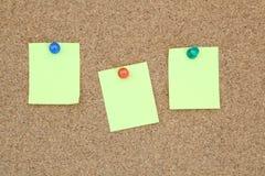 Nota amarilla en tarjeta de aviso Foto de archivo libre de regalías