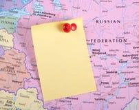 Nota amarilla y contacto rojo en correspondencia Imagenes de archivo
