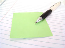 Nota appiccicosa con la penna Fotografia Stock