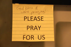 Nota appiccicosa con la richiesta di preghiera immagine stock libera da diritti