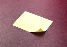 Nota appiccicosa gialla in bianco Fotografie Stock
