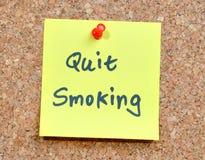Nota appiccicosa gialla - fumo rinunciato! Fotografie Stock Libere da Diritti