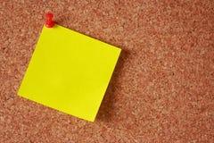 Nota appiccicosa su un bordo del sughero Fotografia Stock