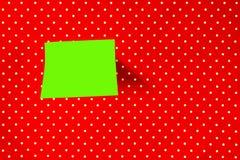 Nota appiccicosa sul fondo rosso del pois fotografie stock