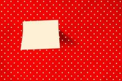 Nota appiccicosa sul fondo rosso del pois immagini stock