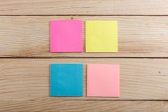 nota appiccicosa variopinta sullo scrittorio di legno Copi lo spazio fotografie stock libere da diritti