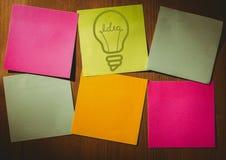 Nota appiccicosa verde con il grafico della lampadina e le note in bianco diversamente colorate fotografia stock libera da diritti