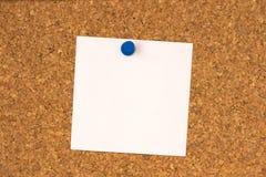 Nota bianca appuntata al verro del sughero Fotografie Stock Libere da Diritti