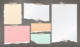 Nota bianca e variopinta strappata, strisce di carta del taccuino attaccate con nastro adesivo appiccicoso su fondo grigio scuro  illustrazione vettoriale