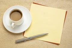 Nota in bianco di ricordo con caff? fotografie stock