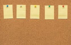 Nota in bianco gialla sul bordo del sughero Fotografia Stock Libera da Diritti