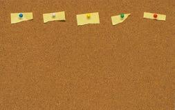 Nota in bianco gialla sul bordo del sughero Fotografia Stock