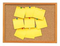 Nota in bianco gialla sul bordo del sughero su bianco isolato Fotografie Stock Libere da Diritti