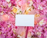 Nota in bianco sul fiore immagine stock