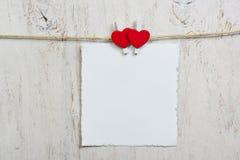 Nota in bijlage met twee rode harten Stock Foto