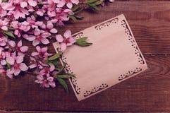A nota, cartão, escrevendo o pêssego retro floresce em um vintage de madeira Imagem de Stock Royalty Free