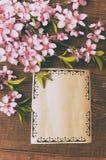 A nota, cartão, escrevendo o pêssego retro floresce em um vintage de madeira Fotografia de Stock