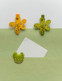 Nota con el clip de la flor Imágenes de archivo libres de regalías