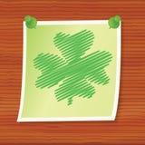 Nota con el trébol de la cuatro-hoja Imágenes de archivo libres de regalías