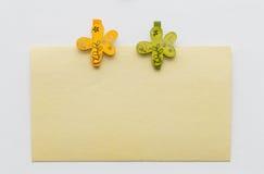 Nota con los clips de la flor Imagenes de archivo
