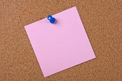 Nota cor-de-rosa com pino azul Imagens de Stock
