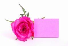A nota cor-de-rosa do papel em branco com levantou-se Imagens de Stock Royalty Free