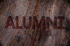 Nota da escrita que mostra alunos Celebração de recolhimento de aperfeiçoamento graduada velha apresentando Woode da academia da  ilustração stock