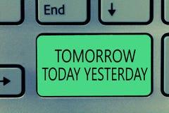 Nota da escrita que mostra amanhã hoje ontem A foto do negócio que apresenta advérbios do tempo diz-nos quando uma coisa acontece imagem de stock
