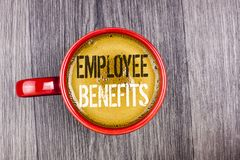 Nota da escrita que mostra benefícios do empregado A lista apresentando da foto do negócio de recruta da vantagem obtém no seguro Imagens de Stock