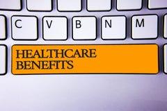 Nota da escrita que mostra benefícios dos cuidados médicos A foto do negócio que apresenta o é o seguro que cobre a chave de tecl foto de stock