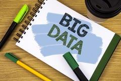 Nota da escrita que mostra dados grandes Grande quantidade apresentando da foto do negócio de informação que precisa de ser anali Foto de Stock