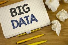 Nota da escrita que mostra dados grandes Grande quantidade apresentando da foto do negócio de informação que precisa de ser anali Fotos de Stock