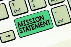 Nota da escrita que mostra a declaração de princípios Foto do negócio que apresenta o sumário formal dos alvos e dos valores de u imagem de stock