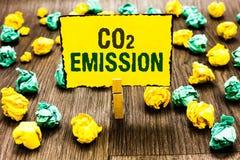 Nota da escrita que mostra a emissão de CO2 Liberação apresentando da foto do negócio dos gáses de estufa na atmosfera ao longo d fotos de stock royalty free