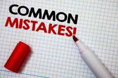 Nota da escrita que mostra a erros comuns a chamada inspirador O lote apresentando da foto do negócio dos povos faz a mesma ação  Fotografia de Stock