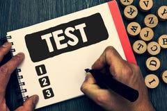 A nota da escrita que mostra a foto do negócio do teste que apresenta o procedimento sistemático acadêmico avalia a proficiência  fotografia de stock royalty free