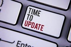 Nota da escrita que mostra a hora de atualizar Renovação apresentando da foto do negócio que actualiza a renovação necessário o e imagens de stock royalty free