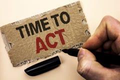 Nota da escrita que mostra a hora de atuar O fim do prazo apresentando da estratégia do momento da ação da foto do negócio execut Foto de Stock