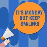 A nota da escrita que mostra lhe S segunda-feira mas mantém-se sorrir Apresentar da foto do negócio tem um bom começo do dia da s ilustração stock