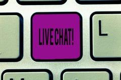 Nota da escrita que mostra Live Chat Conversação apresentando da foto do negócio na comunicação móvel dos multimédios do Internet ilustração do vetor