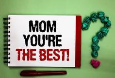 A nota da escrita que mostra a mamã o com referência a é a apreciação apresentando da melhor foto do negócio para seu cumprimento fotografia de stock