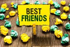 Nota da escrita que mostra melhores amigos Foto do negócio que apresenta a pessoa que de A você avalia acima do outro HOL do preg imagens de stock