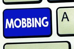 Nota da escrita que mostra Mobbing Foto do negócio que apresenta Bulling do indivíduo especialmente no esforço emocional do abuso foto de stock royalty free