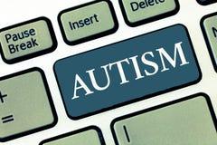 Nota da escrita que mostra o autismo Dificuldade apresentando da foto do negócio na interação e em formar casos com a outra exibi fotos de stock